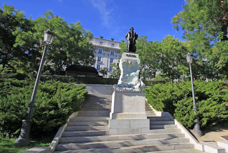 Памятник Гойи возле музея Прадо